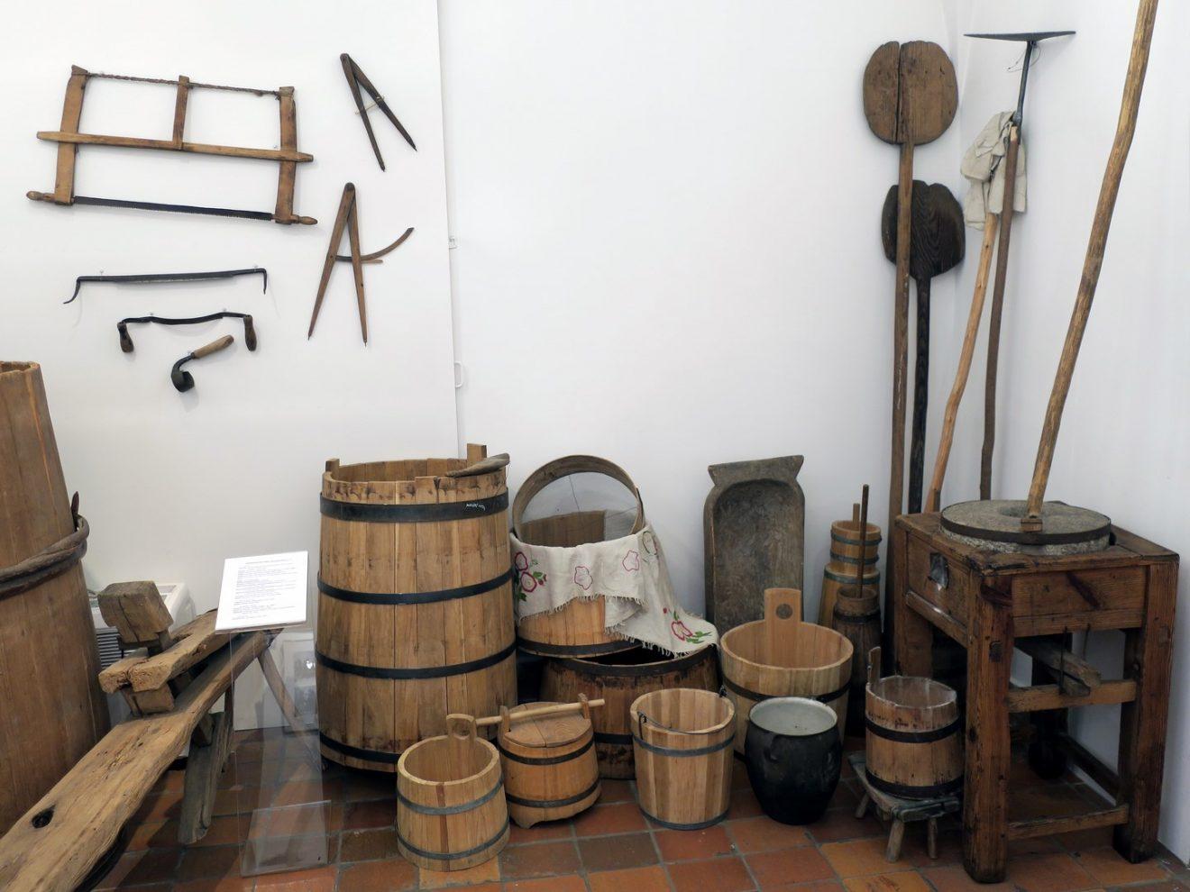 Fragment ekspozycji z drewnianymi przedmiotami codziennego użytku