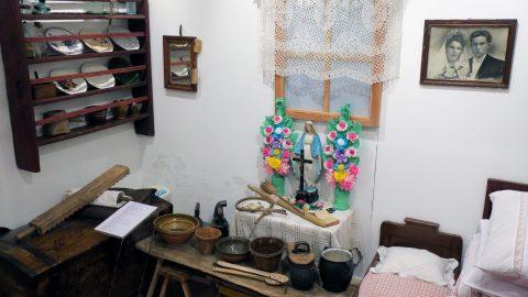 fragment wystawy prezentujący wnętrze domu na wsi z I poł. XX wieku