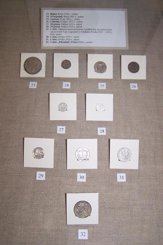 Cztery rzędy różnych monet