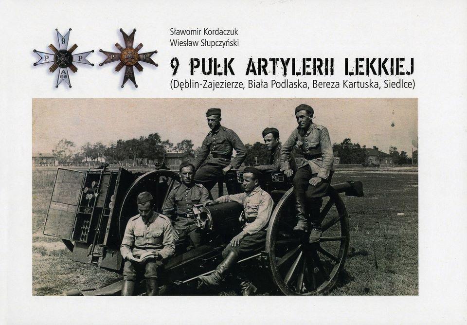 okładka książki 9 PUŁK ARTYLERII LEKKIEJ na zdjęciu żołnierze siędzący na haubicy