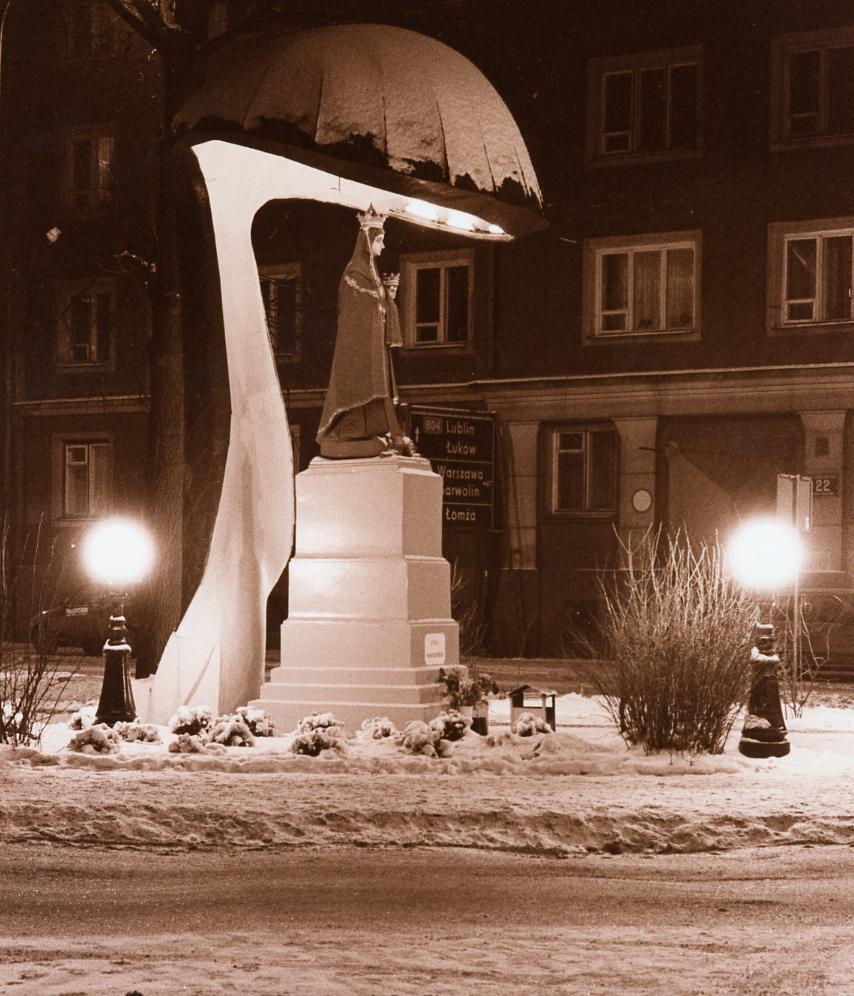 Kapliczka Matki Bożej Kodeńskiej na skwerze Wileńskim 1999r