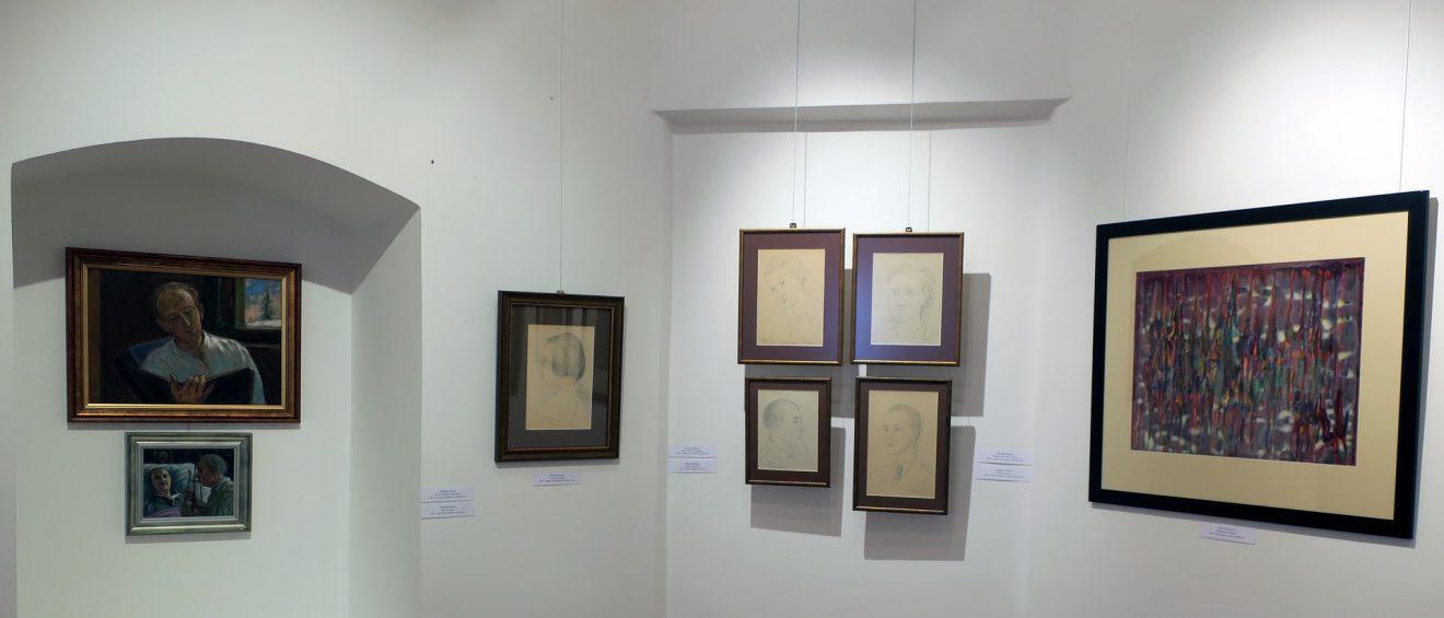 Fragment wystawy z obrazami i rysunkami portretów