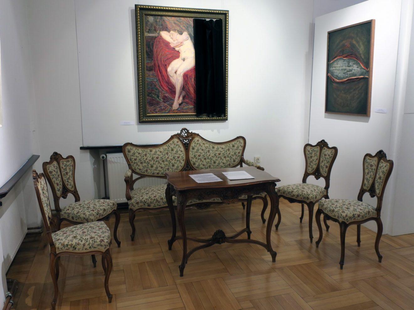 Fragment ekspozycji z obrazami i kompletem rokokowych mebli