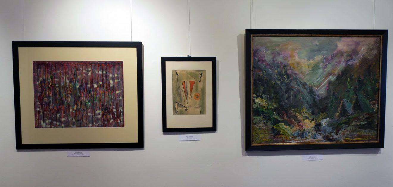 Fragment wystawy z obrazami abstrakcyjnymi