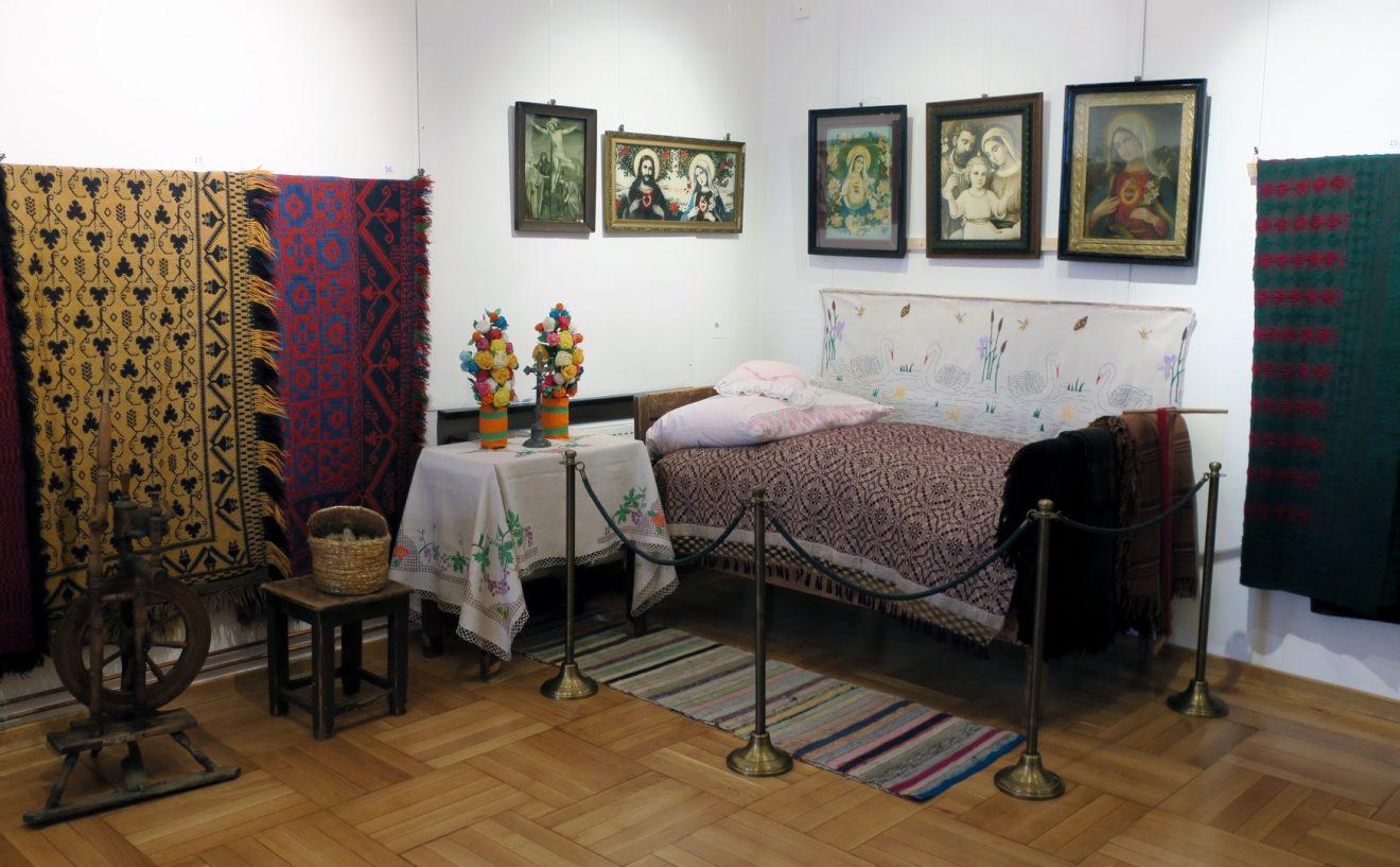 Fragment wnętrza ze stolikiem i łóżkiem z dekoracyjnymi tkaninami