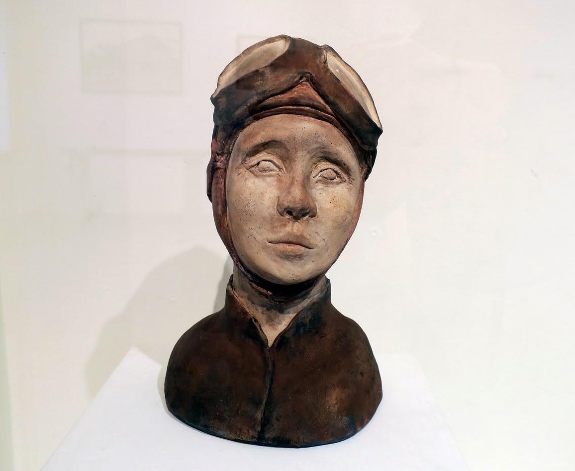 Rzeźba ceramiczna głowy kobiecej w pilotce