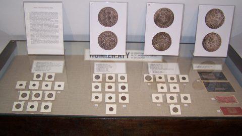 Gablota z różnymi monetami