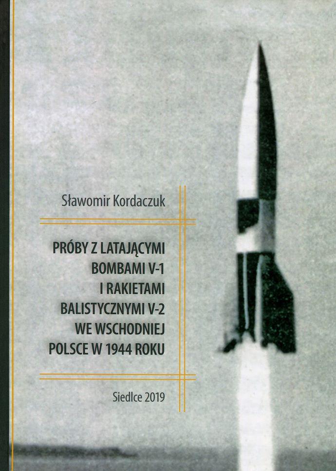 okładka książki PRÓBY Z LATAJĄCYMI BOMBAMI V-1 I RAKIETAMI BALISTYCZNYMI V-2 WE WSCHODNIEJ POLSCE W 1944 ROKU widok startującej rakiety v2