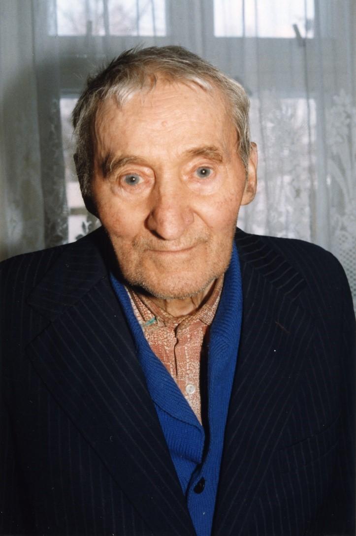 Portret starszego mężczyzny ubranego w ciemną marynarkę