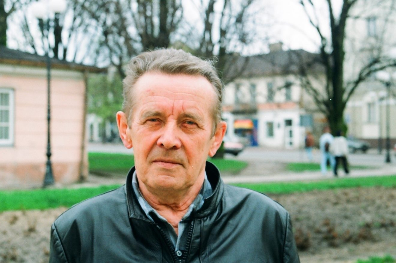 Portret mężczyzny na tle pleneru miejskiego