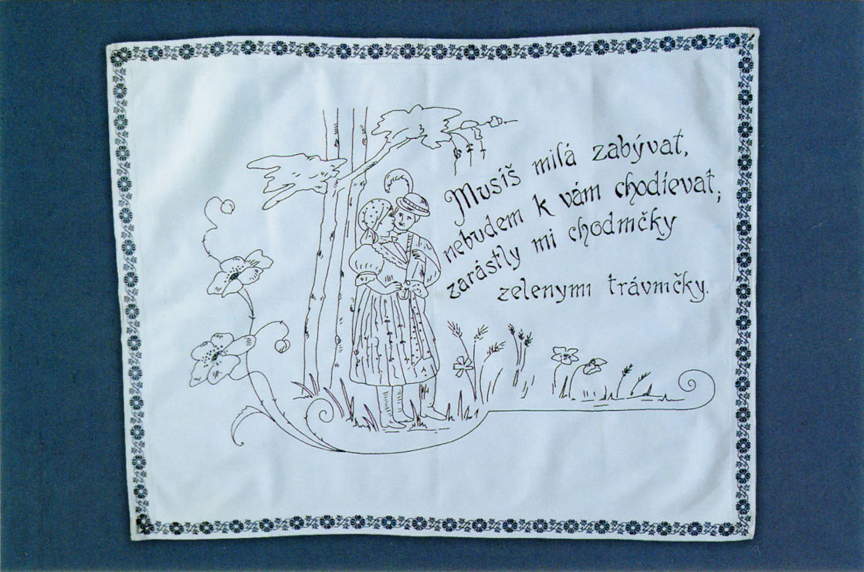 """Makatka """"Musisz miła zapamiętać, żę nie będę do ciebie chodzić, bo prowadzące do ciebie ścieżki zarosły zieloną trawą"""" Haft czarny, Słowacja"""
