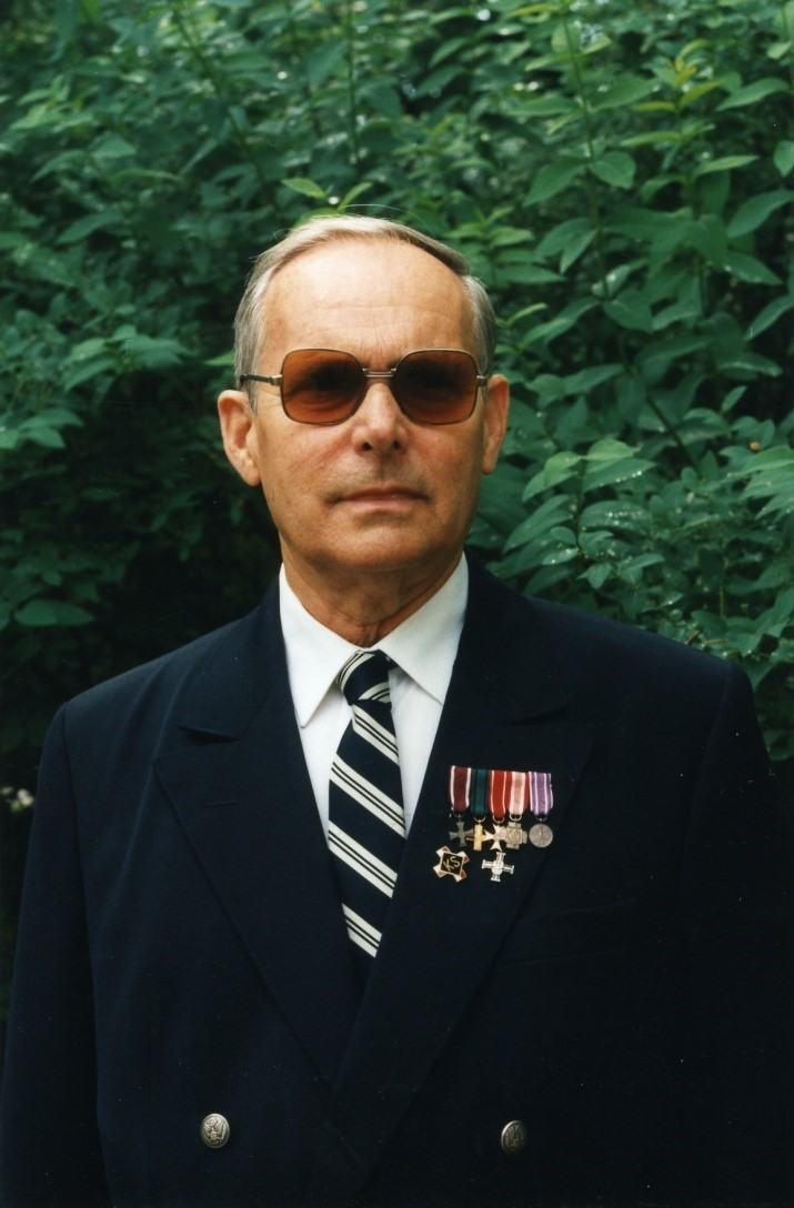 Portret mężczyzny w garniturze i ciemnych okularach