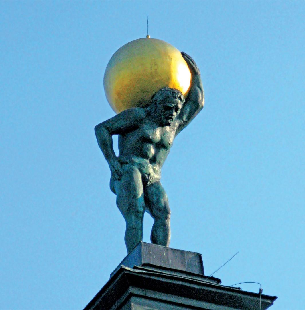 Figura atlasa zwanego Jackiem zamontowana na wieży siedleckiego ratusza