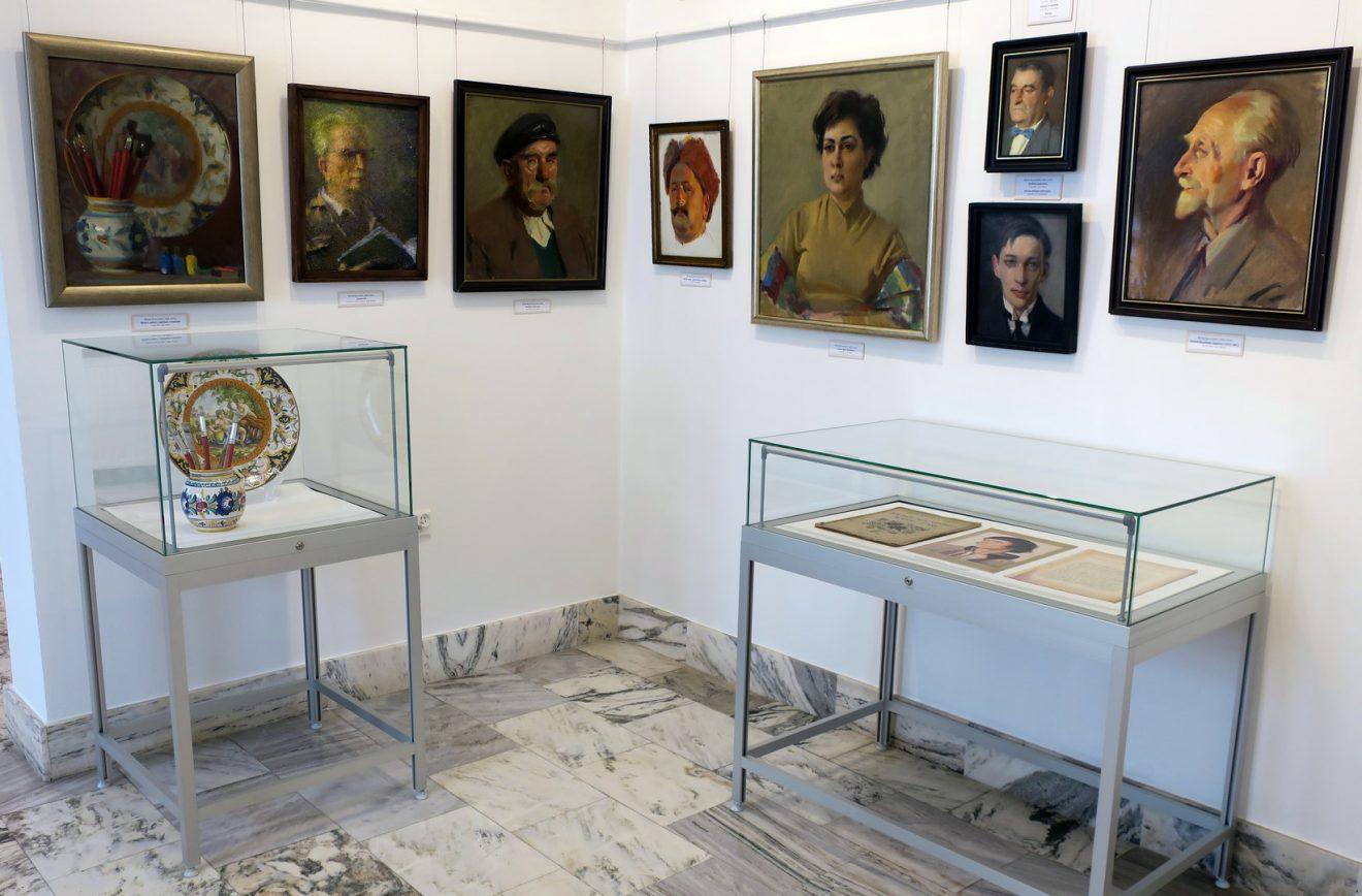 Fragment wystawy z portretami różnych osób