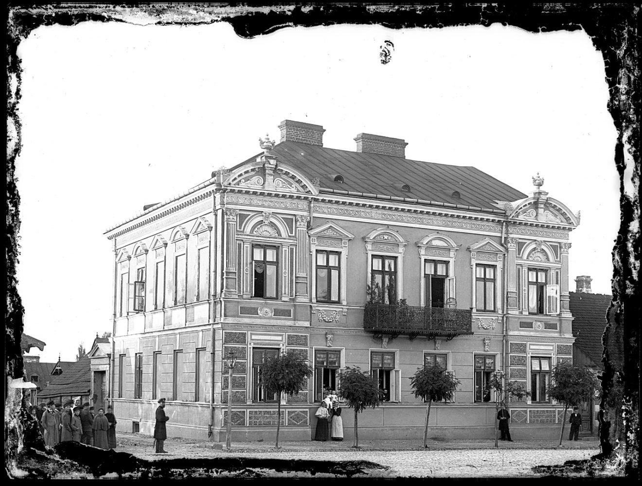 Piętrowy murowany budynek z zdobieniami frontowymi