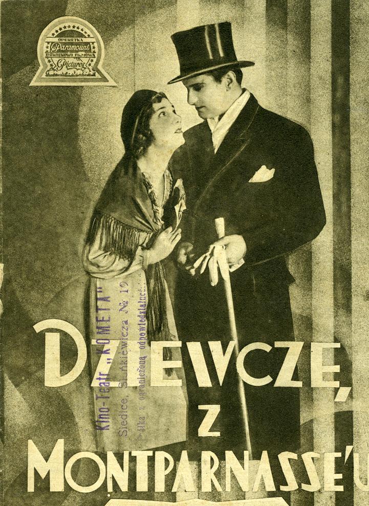 Kobieta w młaszczu, chuście i brecie na głowie obok mężczyzna w długim płaszczu i meloniku na głowie