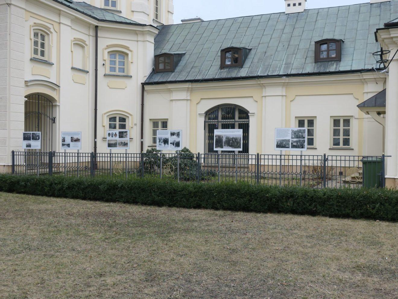 Fotografia 5 plansz wystawowych zamontowanych na ogordzeniu wokół budynku ratusza