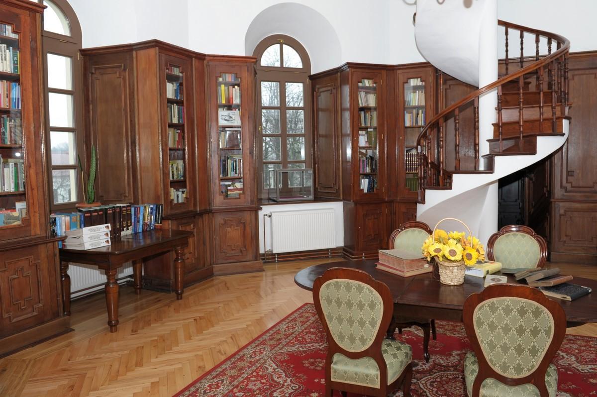 wnętrze biblioteki muzealnej