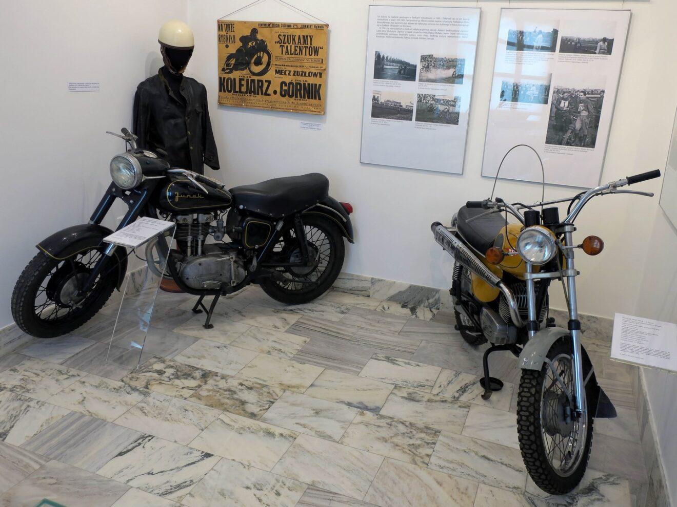 Fragment wystawy z dwoma motocyklami z okresu PRL