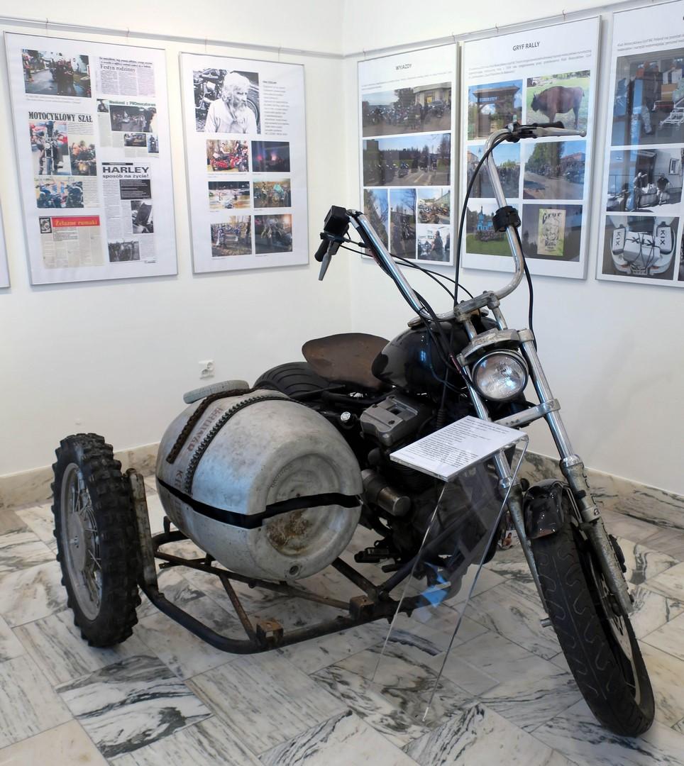 Fragment wystawy z motocyklem z wózkiem bocznym w kształcie beczki