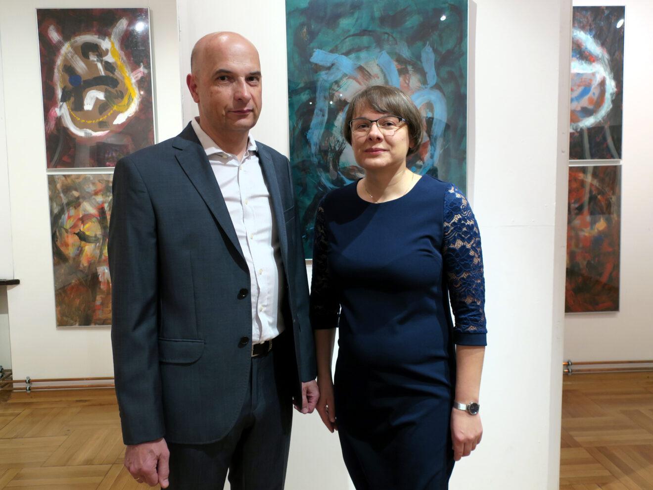 Autor z żoną na tle swoich obrazów