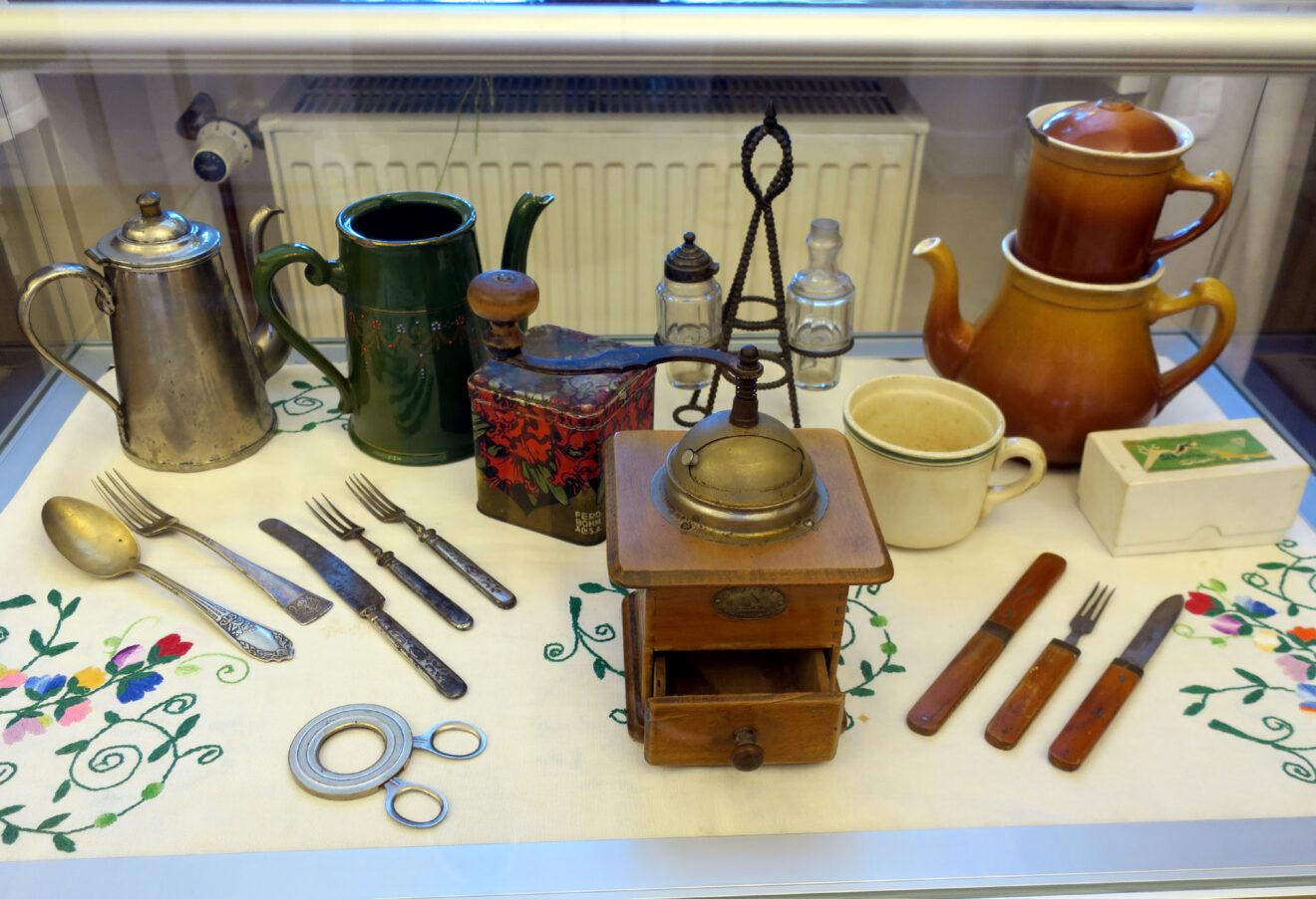 Fragment wystawy z przedmiotami kuchennymi w gablocie