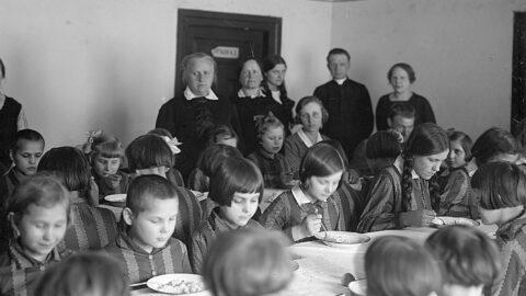 Fotografia z grupą dzieci jedzących obiad przy stole