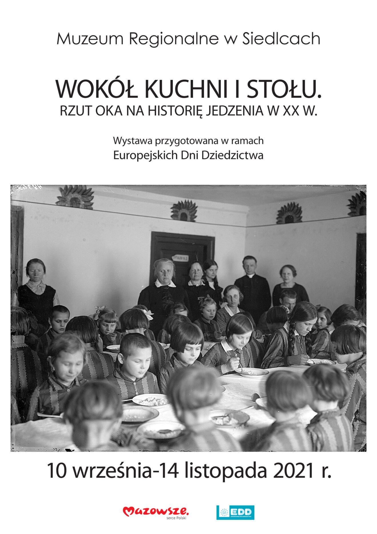 Afisz wystawy z fotografią czarno-białą przedstawiającą grupę osób przy stołach